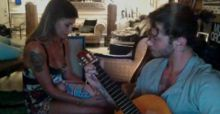 Belen canta la ninna nanna a Santiago e Stefano suona la chitarra (video)