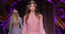 Versace, Paris Fashion Week: l'haute couture ha un'ispirazione anni Settanta