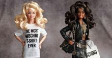 Barbie veste Moschino: Jeremy Scott celebra il mito con due bambole e una capsule collection