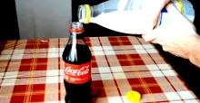 Cosa succede mischiando latte e Coca Cola: il video shock