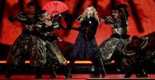 Madonna piange a Stoccolma per le vittime di Parigi e canta 'Like a Prayer': il video